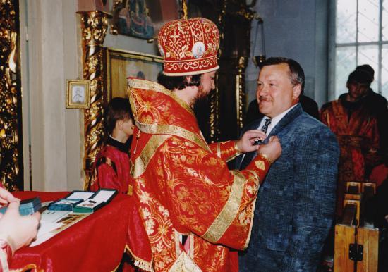 Владыка Тихон вручает орден Георгия Радонежского 3 степени за помощь в восстановлении храма